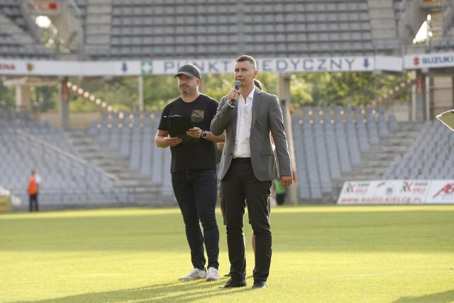 Paweł Jańczyk (z lewej) znów jest spikerem Korony Kielce. Obok niego prezes klubu, Łukasz Jabłoński