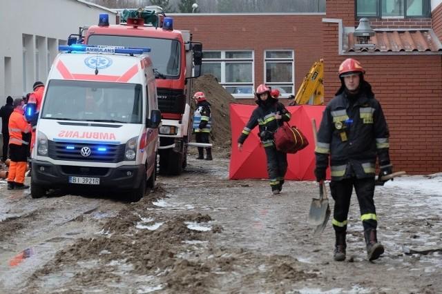 """Podczas prac ziemnych na ul. Wiejskiej doszło do wypadku. 30-latek pracujący w wykopie został przysypany ziemią i przygnieciony płytą żelbetonową.<br><br><iframe src=""""http://get.x-link.pl/674fc4b5-d99a-383d-9a6e-31c8121ebba1,cdd82d60-96e8-a25e-902f-b45a338e0f28,embed.html"""" width=""""640"""" height=""""360"""" frameborder=""""0""""></iframe>"""