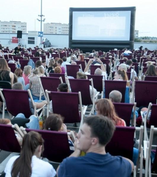 Tłumy na kinie pod chmurką