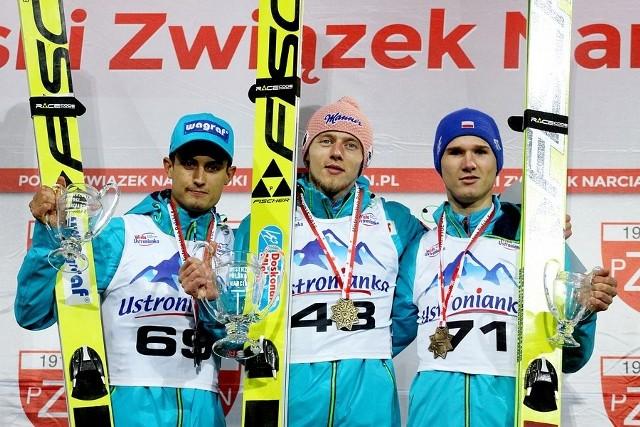 Maciej Kot (z lewej) i Andrzej Stękała (z prawej) w konkursie drużynowym zdobyli złoto, w indywidualnym musieli uznać wyższość Dawida Kubackiego (w środku; Wisła Zakopane)