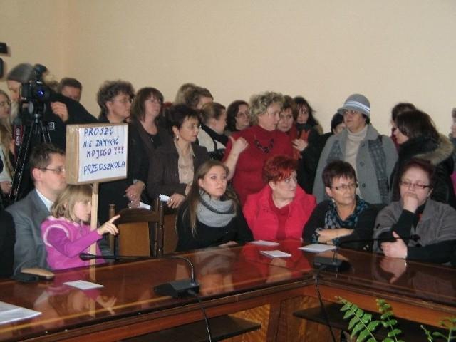 Na poniedziałkowe spotkanie do urzędu miasta przyszli przedstawiciele wszystkich placówek, które znalazły się na liście do likwidacji.