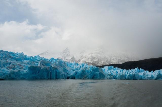 Aż 70 proc. światowych zasobów słodkiej wody zgromadzonych jest w lodowcach. Gdy topnieją, wodę tracimy bo zasila zasolone oceany i morza. A lodowce topnieją także przez to, że w piecach palimy węglem zamiast np. korzystać z energii odnawialnej.