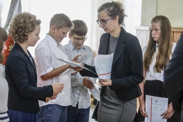 Koniec roku szkolnego 2019. Uczniowie mają w tym roku otrzymać świadectwa wcześniej. - To frajda dla uczniów, ale dla nas - sporo kłopotu - mówią dyrektorzy szkół w regionie.