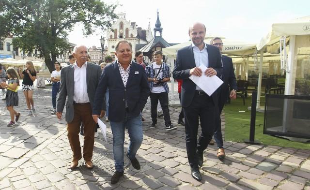 Robert Makłowicz spacerował po rzeszowskim Rynku.