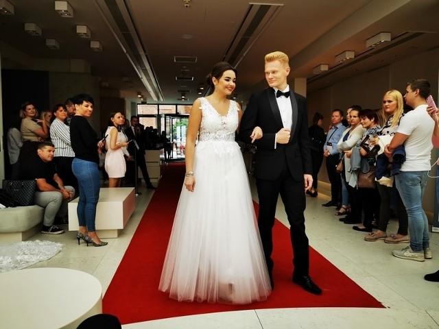 W niedzielę 8 września w Hotelu Bulwar zorganizowano Targi Ślubne, skierowane do przyszłych nowożeńców, ich rodzin i przyjaciół.Na uczestników czekało sporo atrakcji, m.in. pokazy pierwszego tańca, pokaz mody ślubnej i wieczorowej, degustacja ślubnego tortu i kolorowych napoi. - Targi poprowadzą Młodą Parę przez wszystkie kroki niezbędne do zaplanowania tej wyjątkowej uroczystości, począwszy od wyboru miejsca i terminu poprzez wybór dekoracji, sukni ślubnej, biżuterii, a skończywszy na usługach fryzjersko – kosmetycznych - informowali organizatorzy na Facebooku.