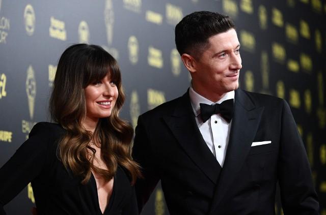 Akurat o taki rozgłos Lewandowski (na zdjęciu z żoną na gali France Football) z pewnością nie zabiegał