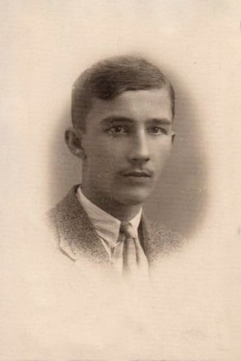 Zdjęcie żołnierza Armii Krajowej, Cichociemnego - Artura Linowskiego ze zbiorów rodzinnych.