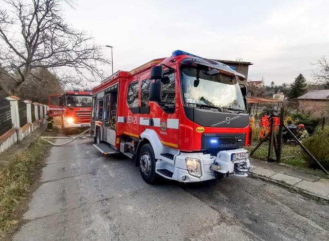 Do zdarzenia doszło w środę w jednym z domów jednorodzinnych w Przemyślu. Mężczyzna przy próbie rozpalenia pieca nieumyślnie zaprószył ogień w piwnicy. Do pożaru wyjechały dwa zastępy strażaków z PSP Przemyślu. Mężczyzna podtruł siędymem, strażacy podali mu tlen i wezwali pogotowie ratunkowe. Poszkodowany odmówił transportu do szpitala.