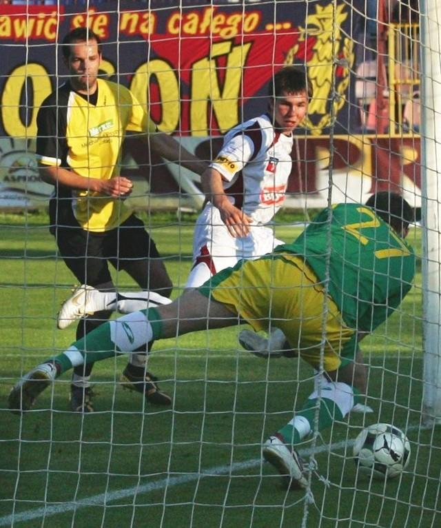 Fragment środowego meczu Pogoni z Nielbą. Mikołaj Lebedyński (biały strój, w środku) właśnie strzelił głową pierwszego gola dla portowców.