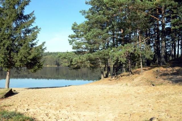 Jezioro Łubowo  znane jest też pod kilkoma innymi nazwami - Lubiewo, Łubow, Łubów. Ma powierzchnię 101,9 ha, długość - 3.850 m i szerokości - 264 m. Głębokość maksymalna 15 metrów, a średnia - cztery. Uwagę zwraca bardzo rozbudowana linia brzegowa z zatoczkami, cyplami. Dno przeważnie piaszczyste i przezroczysta. Z kolei jezioro Łubówko ma powierzchnię 15,38 ha. Głębokość maksymalna 18 m, średnia głębokość ponad 10 m. Akwen położony w głębokiej kotlinie, zaliczany do najczystszych w regionie.