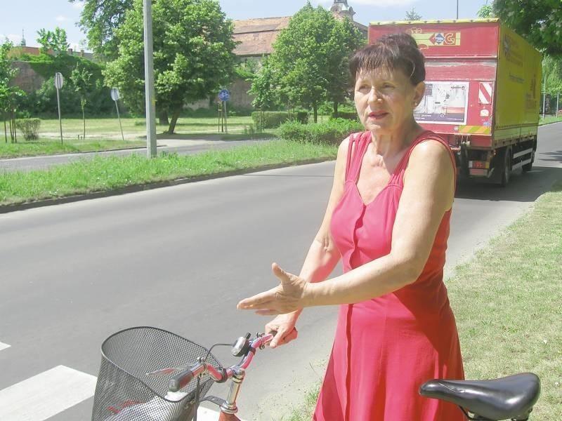 - W tym miejscu przydałyby się światła, bo inaczej pieszy nie przejdzie - mówi Liubow Gulajewa.