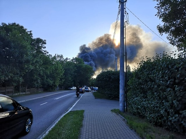 Wielki pożar w Grudziądzu. Płonęła stara zabytkowa lokomotywownia PKP przy ul. Waryńskiego. Z ogniem walczyli strażacy z całego powiatu.