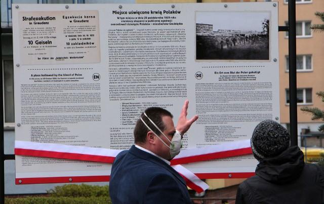 Dziś (30 kwietnia) na placu przy Domu Technika NOT w Grudziądzu uroczyście odsłonięto tablicę z informacjami o egzekucji 10 grudziądzan  przeprowadzonej 29 października 1939 roku oraz Zbrodni Pomorskiej.
