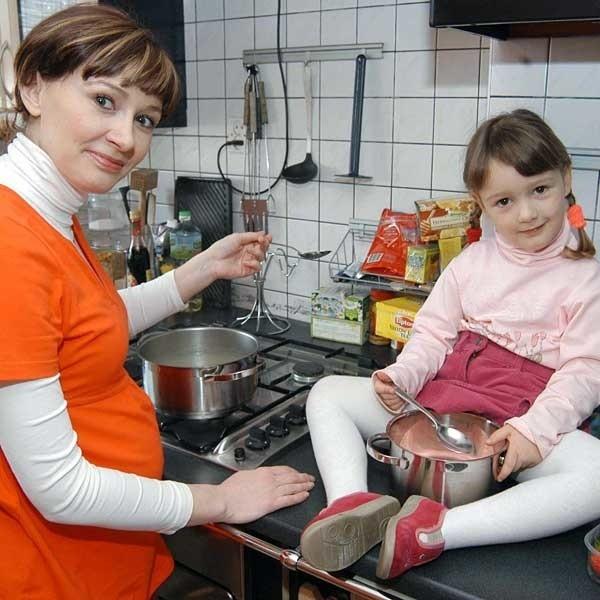Monice w kuchni towarzyszy jej czteroletnia córka Natalia, która uwielbia przyrządzać desery