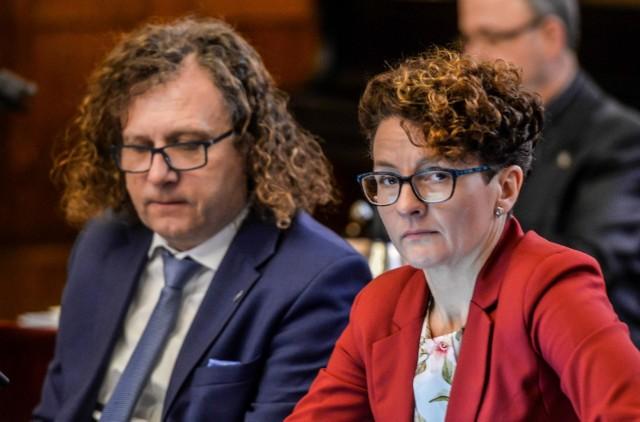 Prezydent Sopotu Jacek Karnowski i wiceprezydent Sopotu Magdalena Magdalena Czarzyńska-Jachim zwracają uwagę rządu na brak wsparcia dla podopiecznych ośrodków i ich rodzin