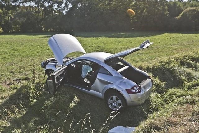 Do zdarzenia doszło w czwartek, 15 września na trasie ze Starego Kisielina do Droszkowa. Kierowca audi TT jechał w kierunku Starego Kisielina. Na prostym odcinku drogi rozpędzone auto wypadło z trasy i zaryło w rów. Samochód zatrzymał się na elektrycznym pastuchu.Na miejsce przyjechała policja i strażacy zawodowi oraz ochotnicy. Na szczęście kierowcy nic się nie stało. Przeczytaj też:   Twój samochód jest na liście? Oto najczęściej kradzione auta w Lubuskiem w 2016 roku
