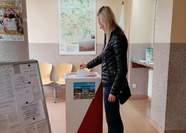 Głosy należy oddać na Karcie do głosowania, którą można pobrać ze strony internetowej www.lapy.pl lub pobrać w Biurze Obsługi Interesanta Urzędu Miejskiego w Łapach ul. Gen. Wł. Sikorskiego 24 18-100 Łapy.