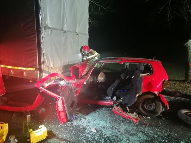 W czwartek, na drodze krajowej nr 32 z Grodziska Wielkopolskiego w kierunku Ptaszkowa, auto osobowe wbiło się pod naczepę ciężarówki.