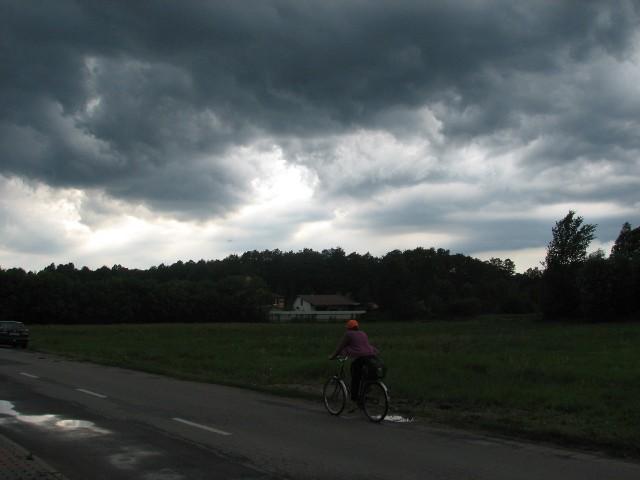 Uwaga, będą groźne zjawiska pogodowe w powiatach ostrołęckim, ostrowskim, makowskim i przasnyskim