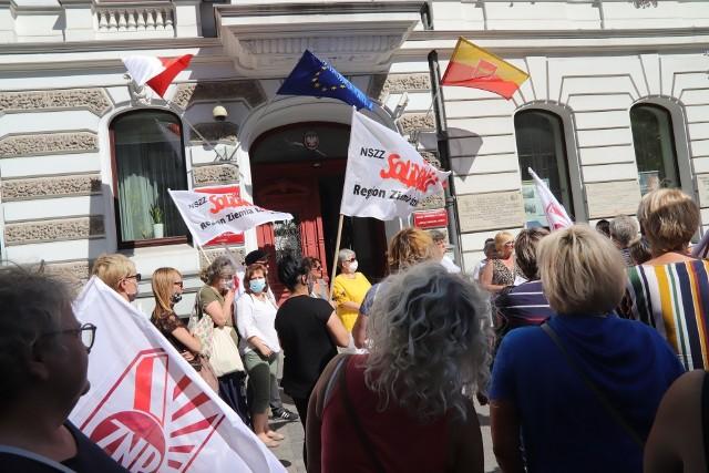 Na zdjęciu manifestacja tzw. niepedagogicznych w sprawie ich premii latem 2020 r.
