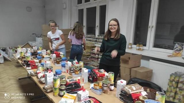 Przedstawiciel i wolontariusze Koalicji dla Młodych przygotowali około 300 paczek żywnościowych dla potrzebujących z powiatu białobrzeskiego i poszczególnych gmin powiatów grójeckiego i kozienickiego.