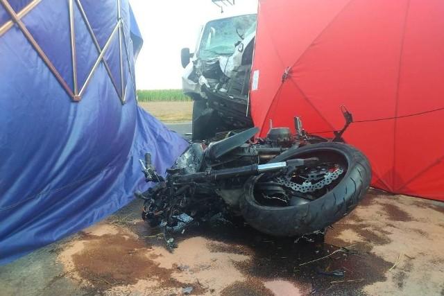 Do tragicznego wypadku doszło w sobotę rano niedaleko Krotoszyna. We wsi Janów motocyklista zderzył się z samochodem dostawczym. Dwie osoby zginęły na miejscu a jedna została ranna.Kolejne zdjęcie -->