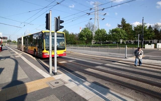Jeżeli kierowca autobusu nie podjedzie wystarczająco blisko tzw. pętli indukcyjnej umieszczonej pod asfaltem na przystanku przy ul. Przybyszewskiego (tuż przy ul. Lodowej), sygnalizator nie zmieni świateł.