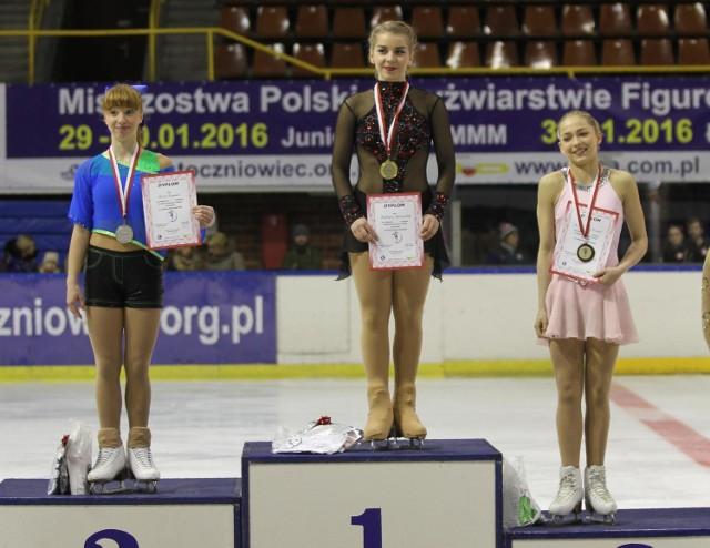 Elżbieta Gabryszak na najwyższym stopniu podium mistrzostw Polski w łyżwiarstwie figurowym juniorów w Gdańsku.