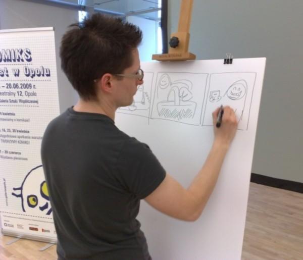 Historię i podstawy tworzenia komiksu zaprezentował ponad 20 uczestnikom Marek Lachowicz.