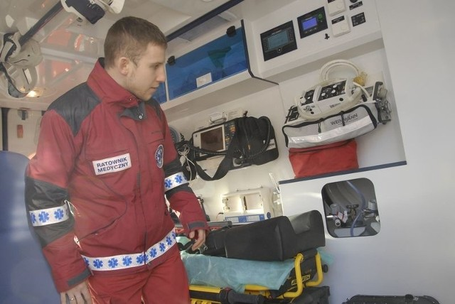 Maciej Lewandowski, ratownik medyczny wyrusza na wezwanie nową karetką.