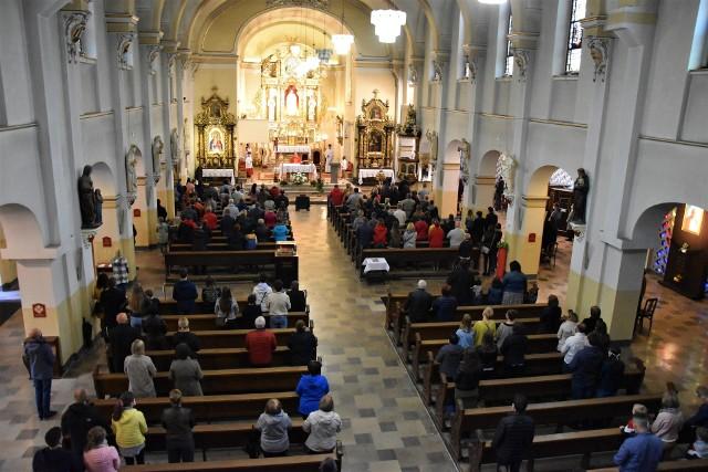 Koronawirus w Opolu. Zielone Świątki - pierwsza niedziela od wielu tygodni bez limitu wiernych. Więcej ludzi w kościele jezuitów