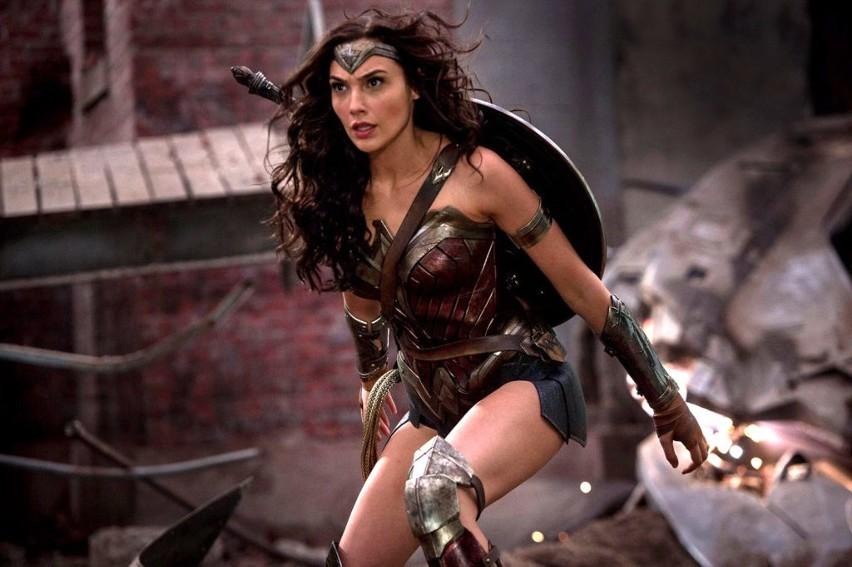 Izraelska aktorka i modelka Gal Gadot okazuje się doskonałym wyborem do roli Wonder Woman. Naturalnie i trafnie łączy naiwność i niewinność ze zdecydowaniem i nadnaturalnymi mocami