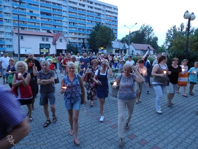 """W czwartek, łącząc się z protestującymi w całej Polsce, także mieszkańcy Żor postanowili wyrazić swój sprzeciw wobec zmian ustawowych, dotyczących wymiaru sprawiedliwości. Zgromadzili się przed budynkiem sądu rejonowego w Żorach. Przyszli ze zniczami, jak w innych miastach. W proteście przeciw """"zamachowi na wolne sądy"""" udział wzięło kilkadziesiąt osób. Wszyscy zgodnie zapowiedzieli, że jutro, również o godz. 21.00 spotkają się przed żorskim sądem. Zapraszają także innych, którzy chcieliby w ten sposób zaprotestować, przeciw działaniom rządu"""