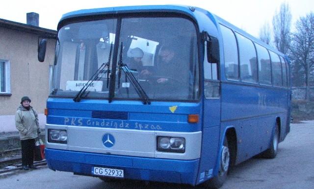 Autobusy zimą czasem odmawiają posłuszeństwa. Do Poznania pojechał akurat ładny, wysoki, przeznaczony na dalekie trasy. Cóż z tego, że ładnie wyglądał, skoro z Poznania nie pojechał.... Na zdjęciu: autobus PKS na bliższej Grudziądzowi trasie