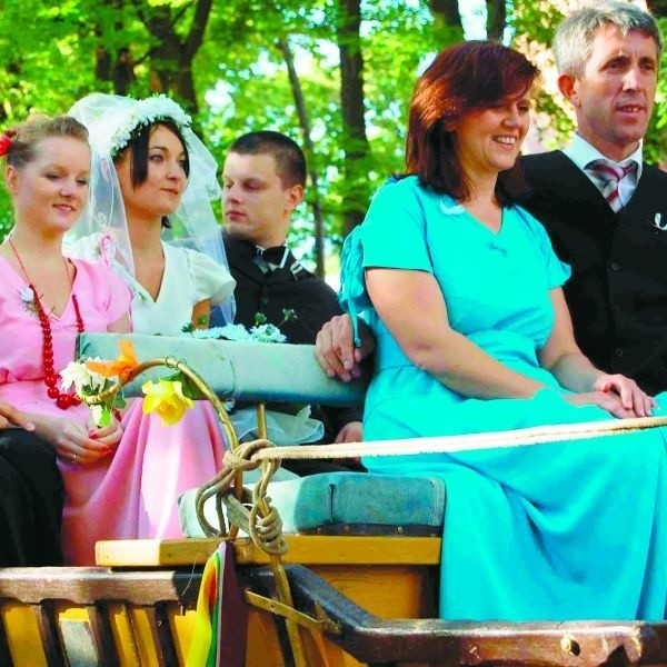 Młoda para oraz ich druhny i drużbowie, jak na tradycję z lat 50-tych przystało, do ślubu pojechali konną bryczką