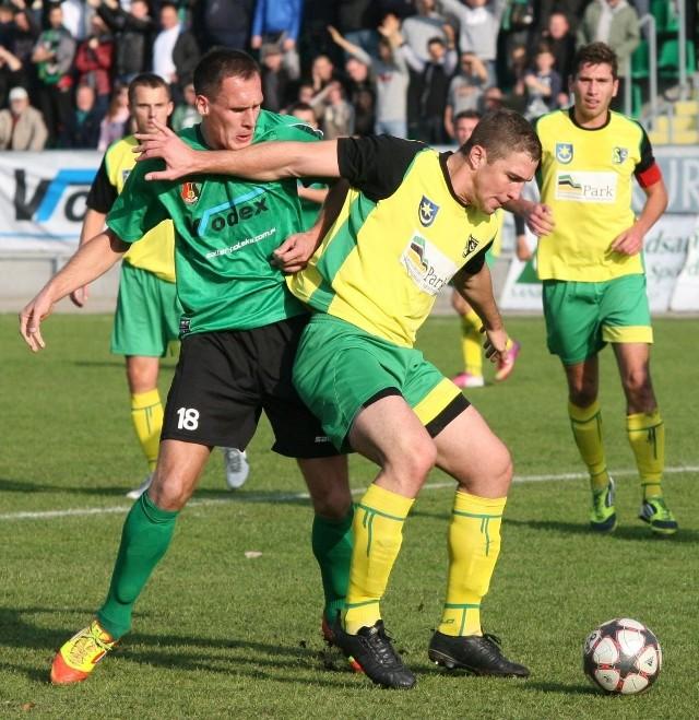 W sobotę czekają nas wielkie piłkarskie derby, Siarka Tarnobrzeg kontra Stal Stalowa Wola (z piłką Bartłomiej Makowski z Siarki, z numerem 18 Tomasz Płonka ze Stali). Kto będzie górą?