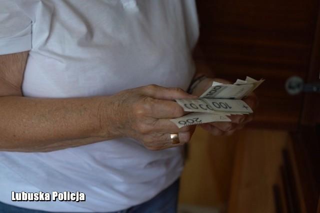 Policjanci przypominają, że nigdy nie proszą o przekazywanie pieniędzy
