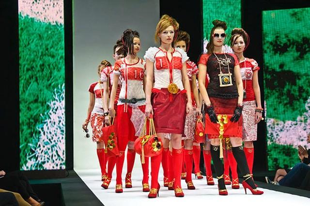 Zabawiliśmy się tematem, ubraliśmy modelki w czerwone sukienki zdobione białymi koronkami, cekinami...