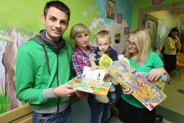 """Dwuletni Filipek ucieszył się z drewnianych puzzli, które otrzymał od Marzeny Śledź z fundacji """"Mam Marzenie""""."""