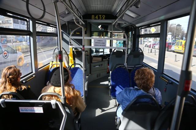 Pojazdem można przewozić tyle osób, ile wynosi:a) 50% liczby miejsc siedzących albob) 30% liczby wszystkich miejsc siedzących i stojących, przy jednoczesnym pozostawieniu w pojeździe co najmniej 50% miejsc siedzących niezajętych.Limity dotyczą także transportu dla uczniów organizowanego przez jednostki samorządu terytorialnego. Zobacz dalej na kolejnych slajdach - posługuj się klawiszami strzałek, myszką lub gestami.