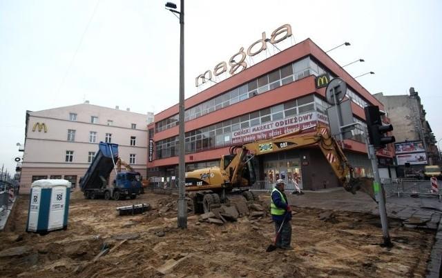 Znalezione fundamenty zostały udokumentowane i ponownie zasypane. Teraz pojawi się na nich nowa nawierzchnia.