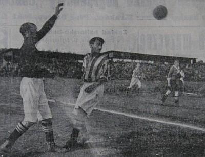 Rok 1918. Mecz Cracovii z Wisłą Kraków. Nawet okupacja nie załagodziła nienawiści kibiców obu drużyn.