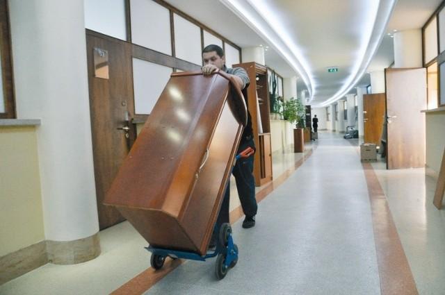 Ostatnie meble należące do starostwa wywożono wczoraj z biur przy ul. Piastowskiej.Mimo przeprowadzki wszystkie numery telefonów do biur starostwa zostają takie same. (fot. Mariusz Jarzombek)