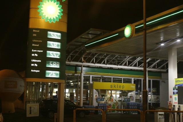 Na ograniczeniu zyskały stacje paliwowe. Sprzedaż na stacjach zwiększyła się o 22,6 proc. Stacje korzystają na tym, że niedzielny zakaz handlu ich nie obowiązuje.