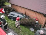 Skomielna Biała. Samochód wypadł z jezdni i uderzył w dom [ZDJĘCIA]