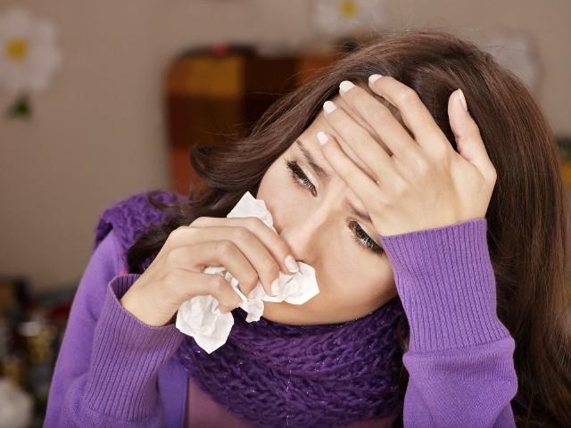 Czy zgodnie z powiedzeniem nieleczone przeziębienie trwa tydzień, a leczone 7 dni? Niekoniecznie, bo z niezbyt ciężkiej infekcji oddechowej można wydobrzeć szybciej! Sprawdź, w jaki sposób skrócić czas choroby o 2 dni!