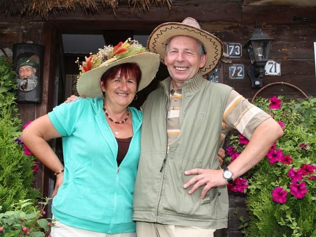 Teresa Giersz z mężem Zenonem przed ich zabytkową chatą, w której goście mogą poczuć smak dawnego życia