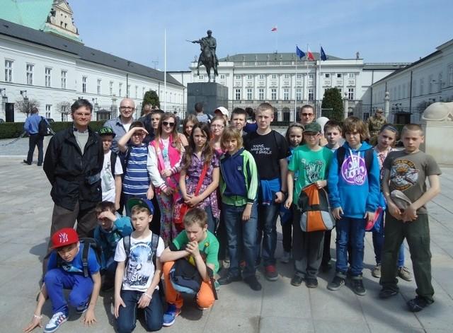 Uczniowie z Ochli przed Pałacem Prezydenckim.