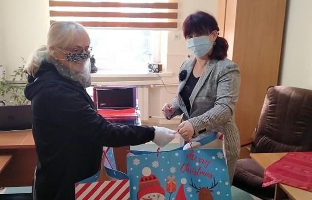 Dary na ręce Ewy Napory przekazuje Małgorzata Gusta, członek Zarządu Powiatu Włoszczowskiego.