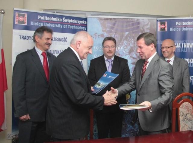 Podpisanymi dokumentami o współpracy wymieniają się rektor Politechniki Świętokrzyskiej prof. Stanisław Adamczak (z lewej) oraz prezes Wodociągów Kieleckich Henryk Milcarz.